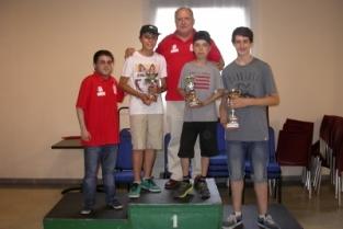 Nuestros jugadores y sus trofeos acompañados del Drector del torneo y el Presidente del Club Ajedrez Sestao