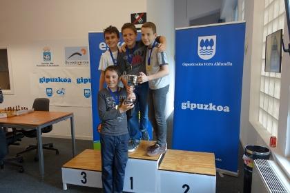 El campeón  en categoría alevín, Gros Xake taldea compuesto por Ivan Iturralde, Josu Manterola, Iker Martínez y Joseba Ferreiro.