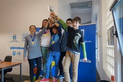 el equipo de Gros Xake Taldea Campeón Infantil compuesto por Jon Casado, Aitor Corral, Estíbaliz Apellániz, Sara Barandiarán y Kilian Martínez