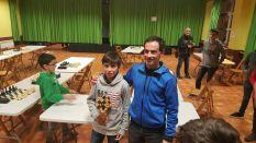 Ander Tafall estaba enfermo, pero acudió al jugar el torneo y al final se llevo el trofeo de ganador del Infantil