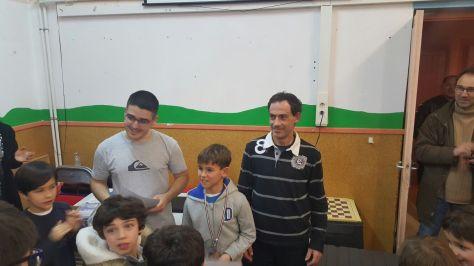 Mikel Ollo recibiendo su trofeo