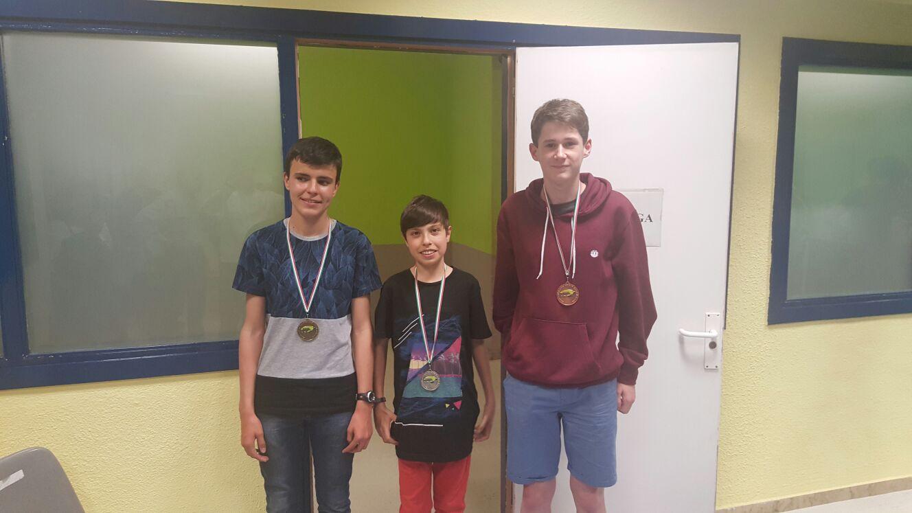 Patxi Moreno (1º), Ander Tafall (2º) e Imanol Toledo (3º) con sus medallas.