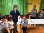 Iker Tafall Sub8 txapelduna Oscar Diezen eskutik saria jasotzen