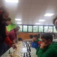 A pesar del muy mal, tiempo animada sesión de simultáneas de ajedrez hoy en las fiestas del barrio Mendelu de Hondarribia